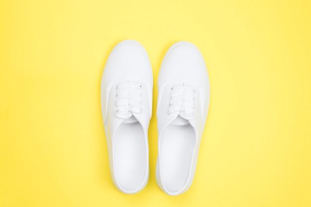 Tênis branco, estilo minimalista.
