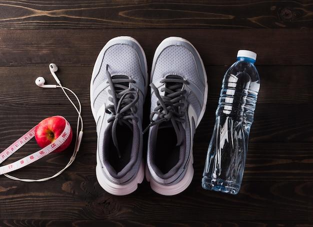 Tênis cinza e equipamento de ginástica para fitness