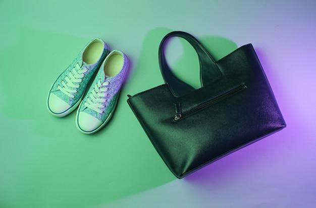 Tênis da moda, bolsa neon verde luz roxa.