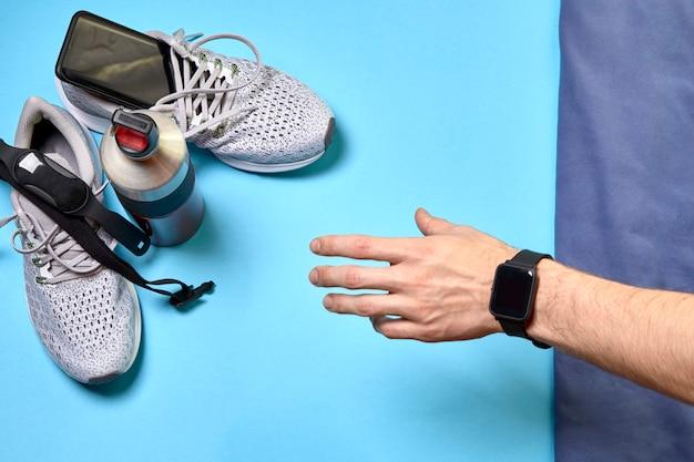 Tênis de corrida e vários acessórios