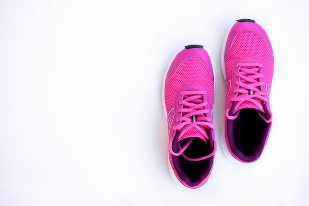 Tênis de corrida rosa para mulheres em um branco