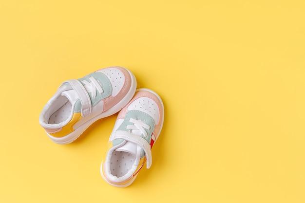 Tênis de criança. conjunto de roupas de bebê e acessórios para a primavera ou outono. roupa de moda infantil. camada plana, vista superior