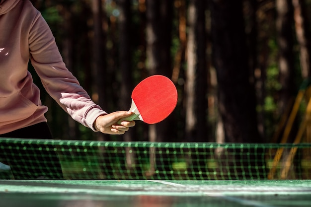 Tênis de mesa fazendo um saque, close-up