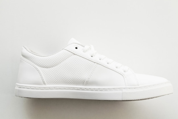 Tênis de moda branca elegante em branco.