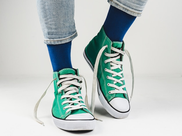 Tênis elegantes e meias engraçadas e felizes