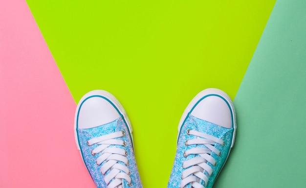 Tênis em um fundo pastel multicolorido.