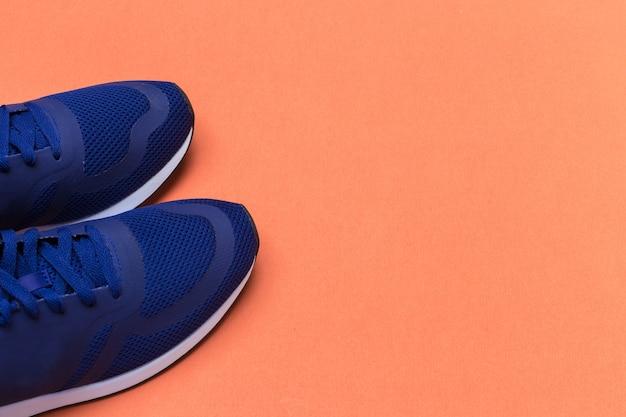 Tênis esportivos azuis close-up, conceito de aptidão