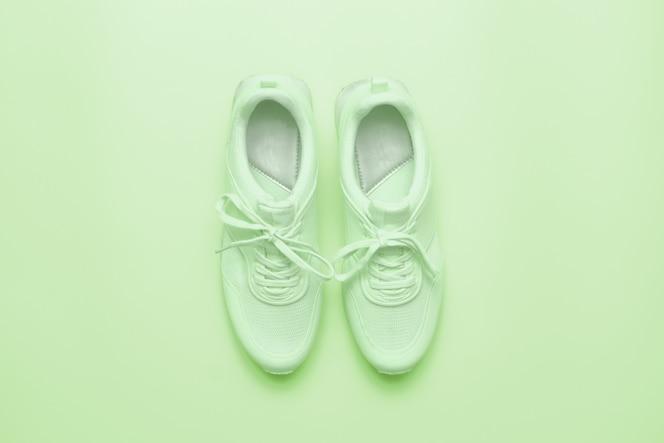 Tênis esportivos em verde claro.