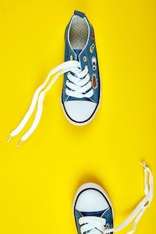 Tênis feminino ou masculino azul em papel amarelo