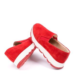 Tênis feminino vermelho em um fundo branco