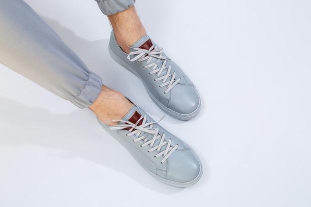 Tênis masculino em um dia muito cinza de couro natural, sapatos masculinos com pernas em sapatos de couro cinza. foto de alta qualidade