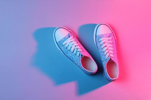 Tênis na moda neon rosa luz azul.