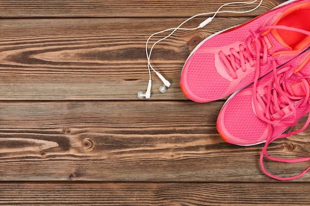 Tênis rosa na textura de madeira
