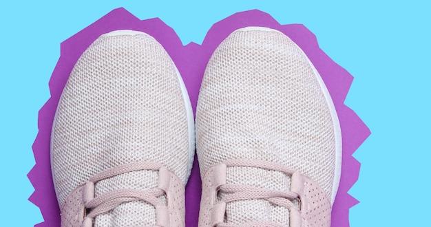 Tênis. sapatas dos esportes em papel roxo azul.