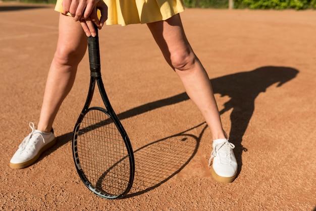 Tenista com sua raquete