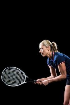 Tenista jogando tênis com uma raquete