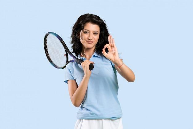 Tenista jovem mulher mostrando sinal de ok com os dedos