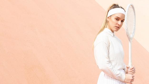 Tenista segurando a raquete