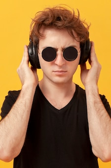 Tennage menino com fones de ouvido