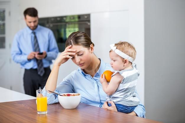 Tensa mulher com filha enquanto marido