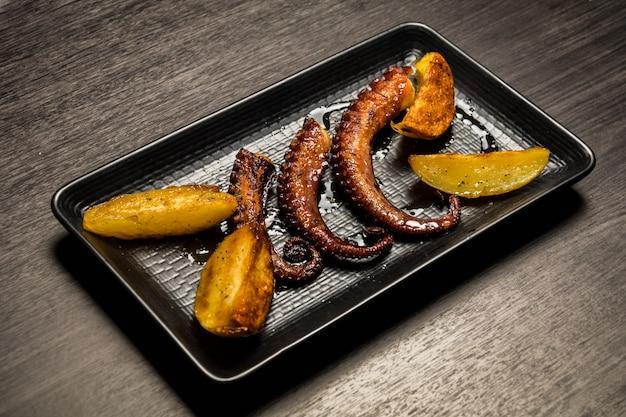 Tentáculos de polvo grelhados com batatas