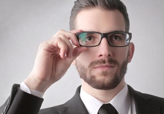 Tentando um novo par de óculos