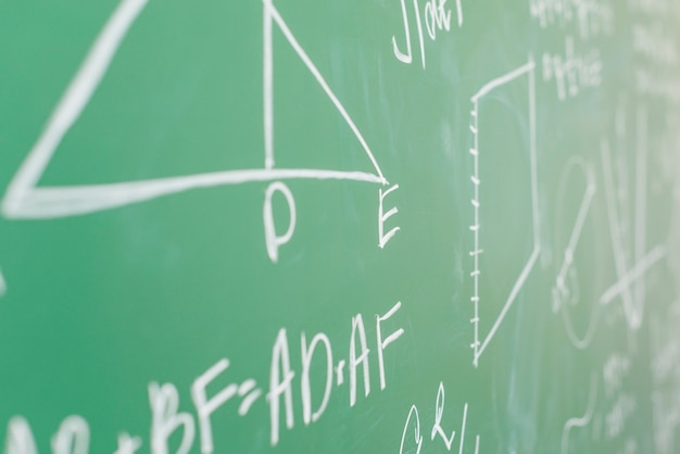 Teorema escrito em giz branco no conselho escolar