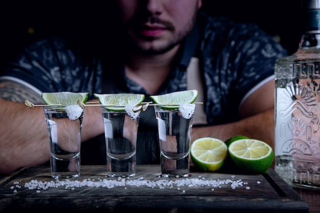 Tequila baleado no bar com limão e sal