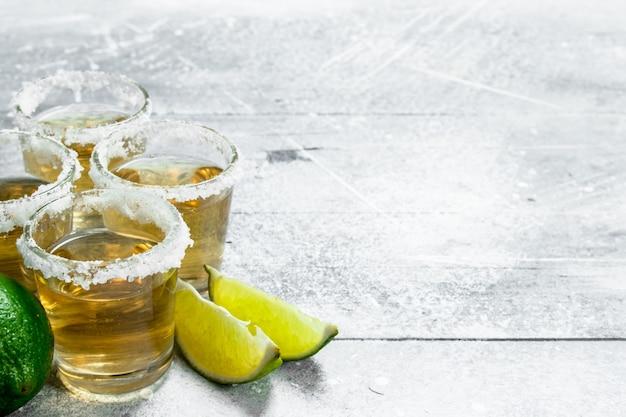 Tequila com fatias de limão.