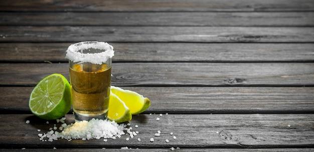 Tequila com limão e sal. na superfície de madeira