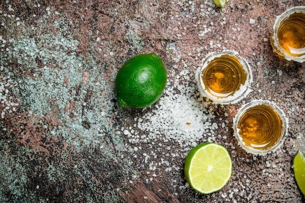 Tequila com sal e limão.