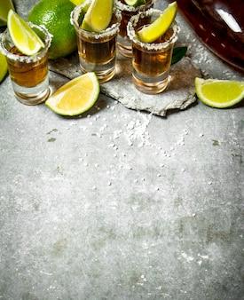 Tequila com sal e rodelas de limão.