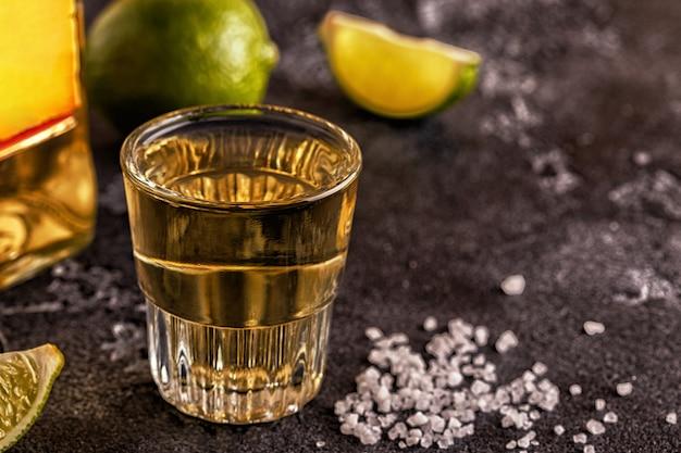 Tequila em copinhos com limão e sal