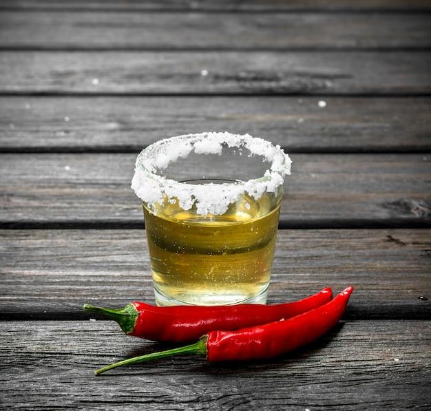 Tequila em um copo de sal e pimenta-malagueta.