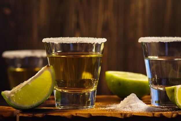 Tequila, fatias de sal e limão