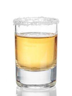Tequila ouro tiro isolado no branco