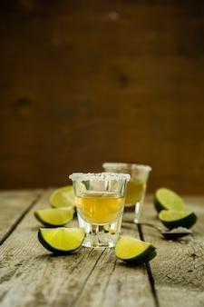 Tequila ouro tiros em madeira rústica
