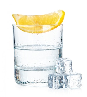Tequila tiro com fatias de limão suculentas