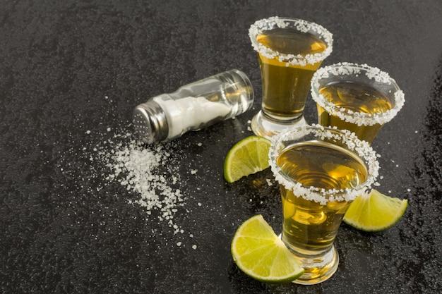 Tequila tiros com limão e sal