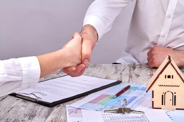 Ter um acordo com o conceito de corretor de imóveis