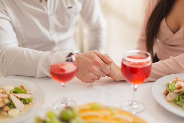 Ter um jantar romântico com velas sentado na mesa de casa ou no restaurante