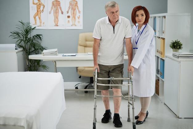 Terapeuta ajudando paciente