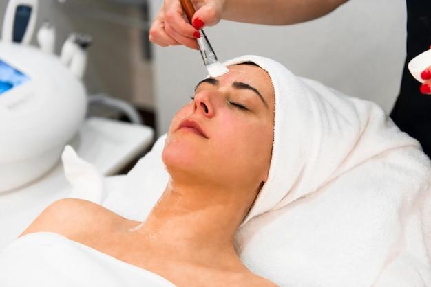Terapeuta, aplicando, máscara rosto