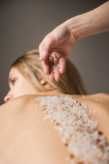 Terapeuta, aplicando, sal, jovem, mulher, costas