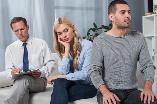 Terapeuta com casal