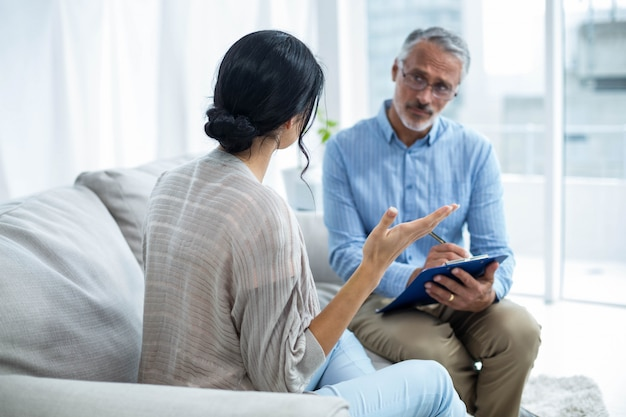 Terapeuta consolando uma mulher em casa