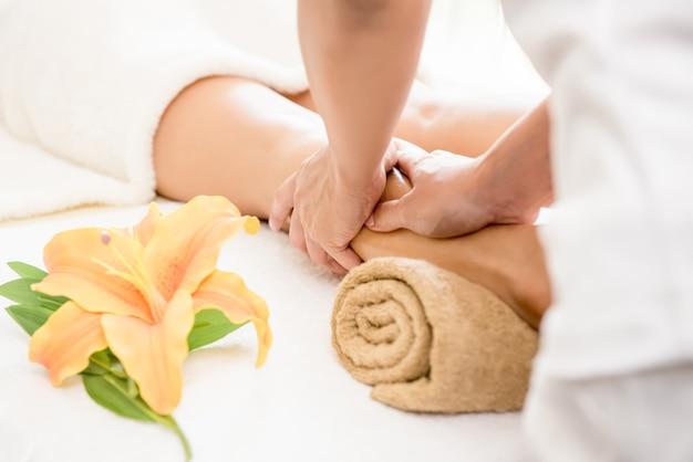 Terapeuta dando reflexologia relaxante tailandesa perna spa massagem