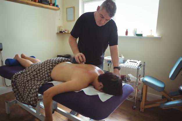 Terapeuta dando terapia de degustação para homem