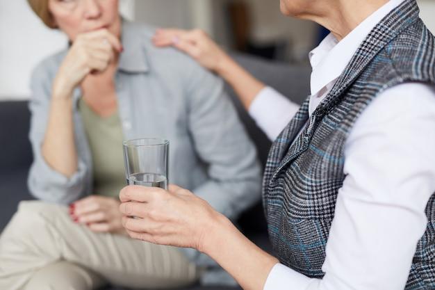 Terapeuta de cuidado que consola o paciente