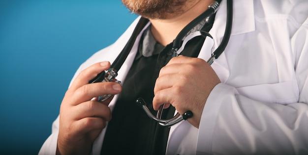 Terapeuta de medicina masculina segurando o estetoscópio no peito
